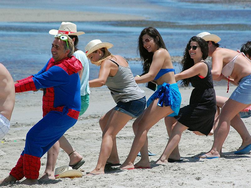 Asistentes y ponentes jugando en la playa