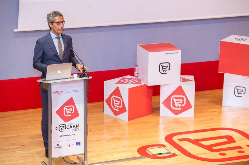 Luis Alcázar. Presentador del evento