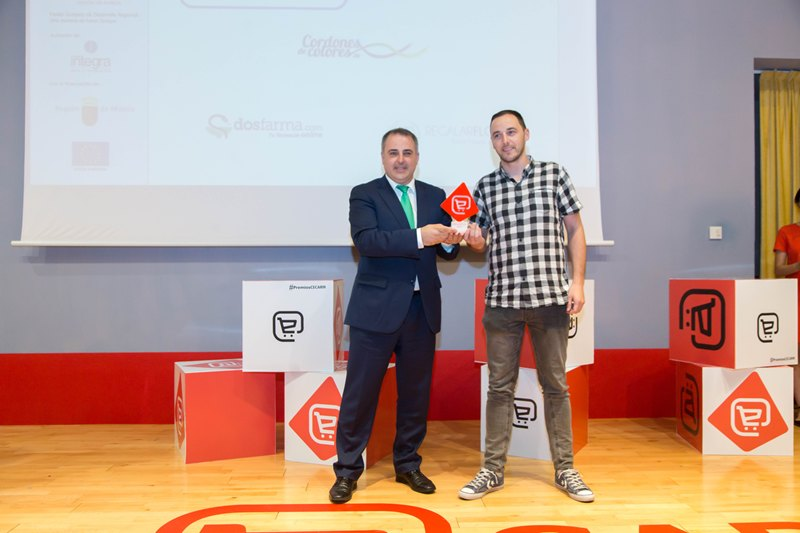 Paco Abril entrega el Premio a Apapel...